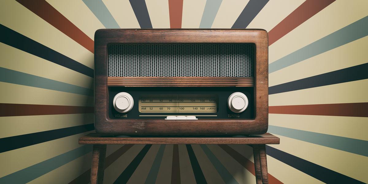 Vecchia radio in legno stile retrò, ideale per arredare casa in stile vintage.