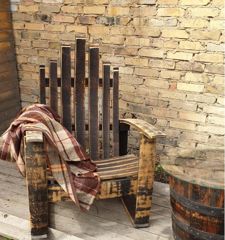 Sedia a dondolo in legno stile vintage.