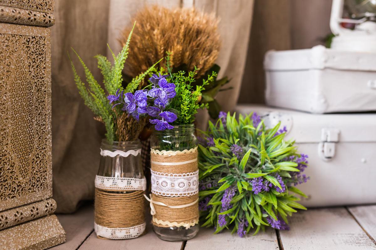 Vasetti di fiori fai da te con barattoli di vetro e yuta.