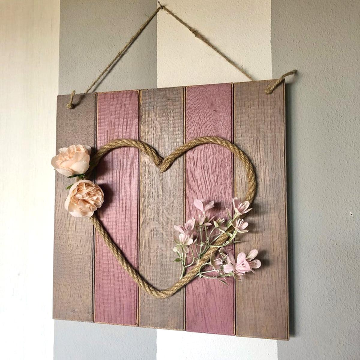 Composizione fai da te con pallet e corda per abbellire parete in stile rustico.