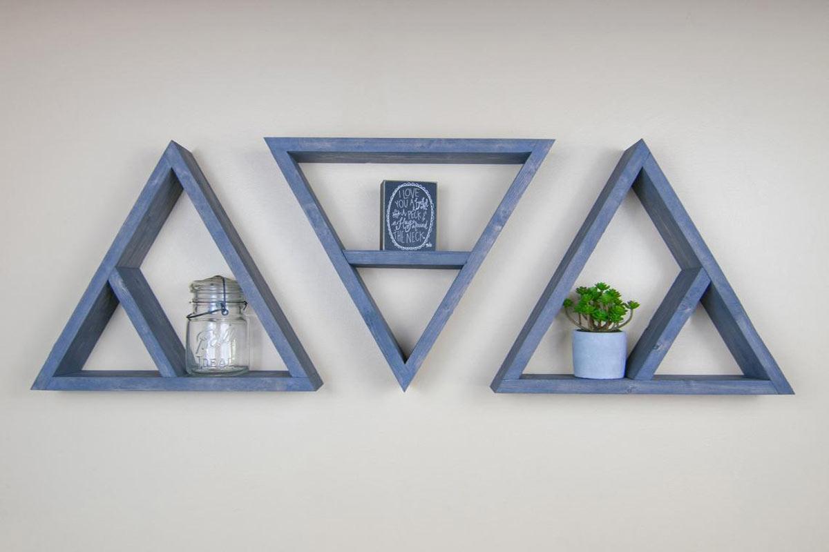 Mensole blu in legno a forma di triangolo.