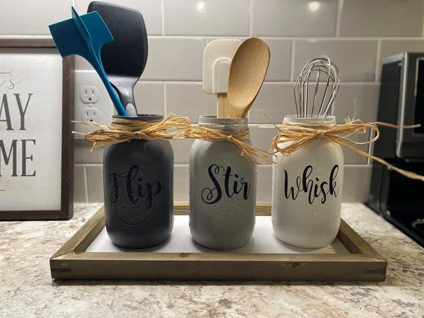 Porta utensili da cucina fai da te con barattoli di vetro riciclati.