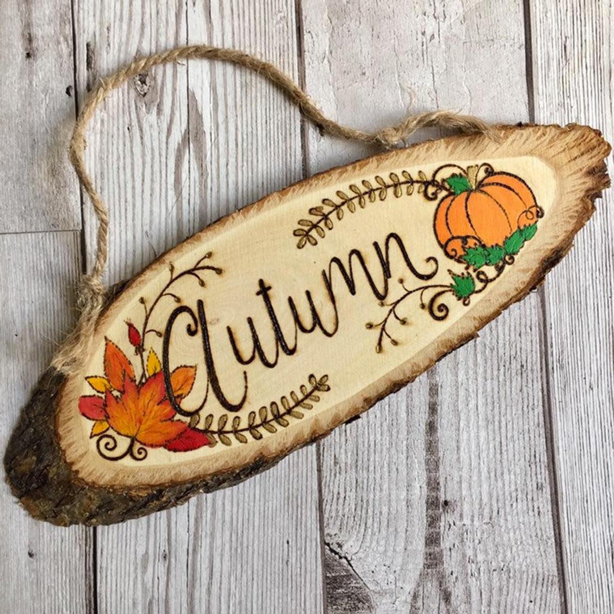 targhe fatte di legno rustico con scritto autunno