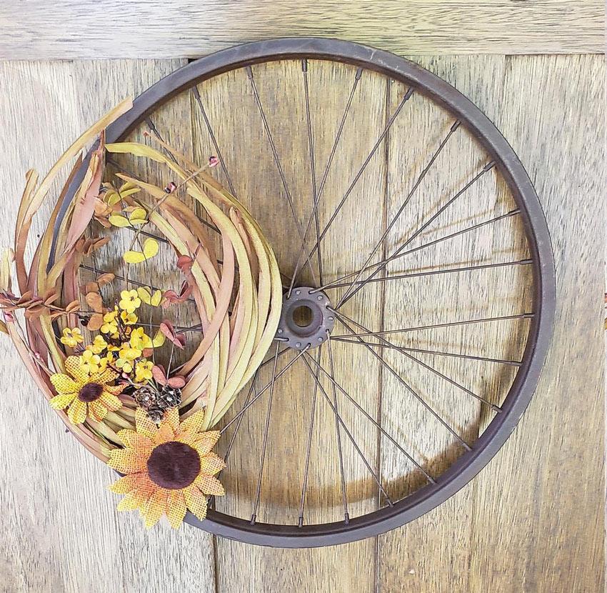 addobbi rustici autunnali con ruota bicicletta.