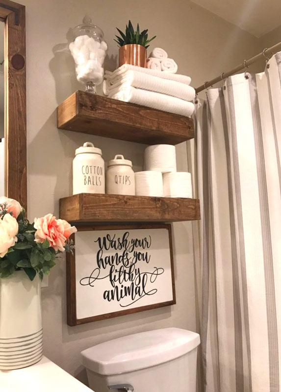 Mensole travi in legno stile country in bagno.