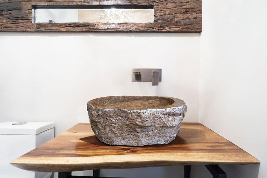 Arredamento stile country in bagno, lavandino in pietra.