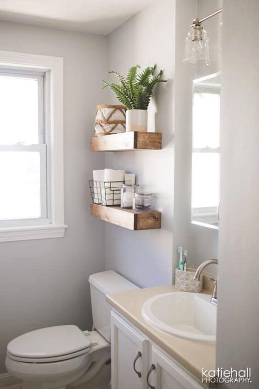 Mensole in legno stile country in bagno.