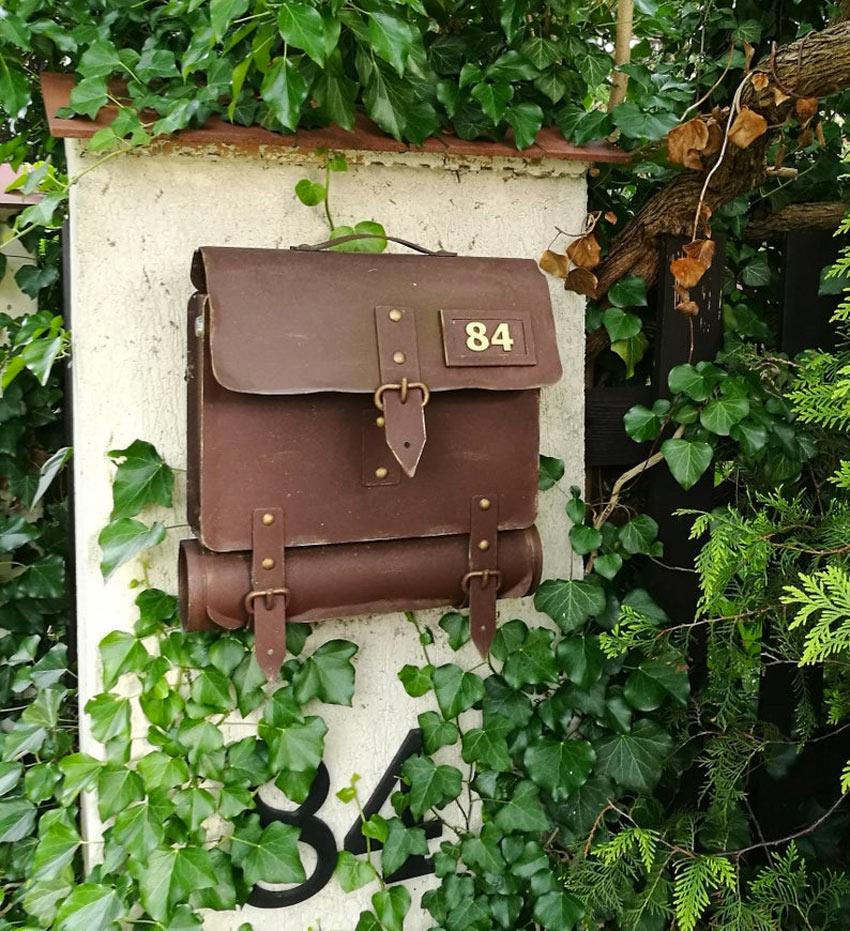 cassetta della posta con valigia in pelle