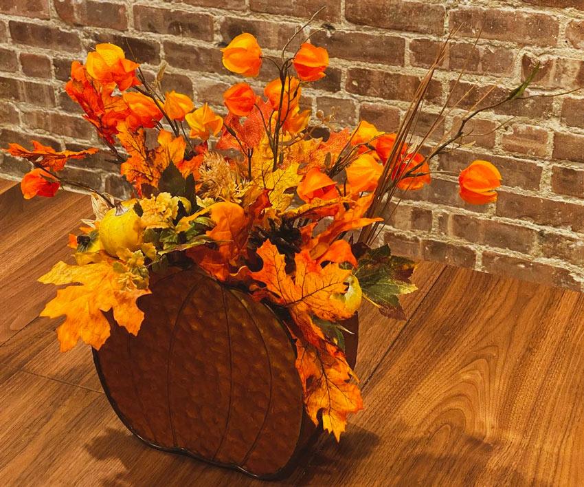 Vaso di fiori centrotavola autunnale.