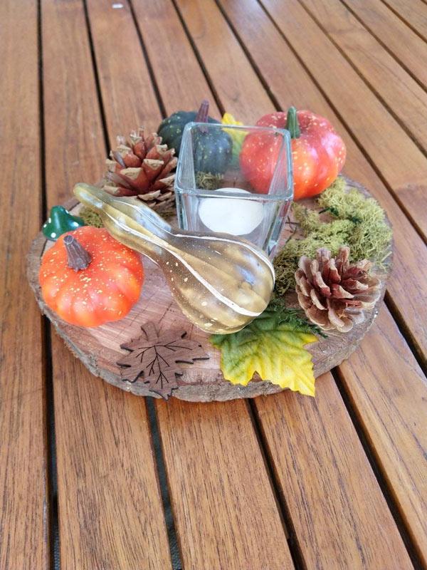 centrotavola creativi per la cena di Halloween con zucche e pigne