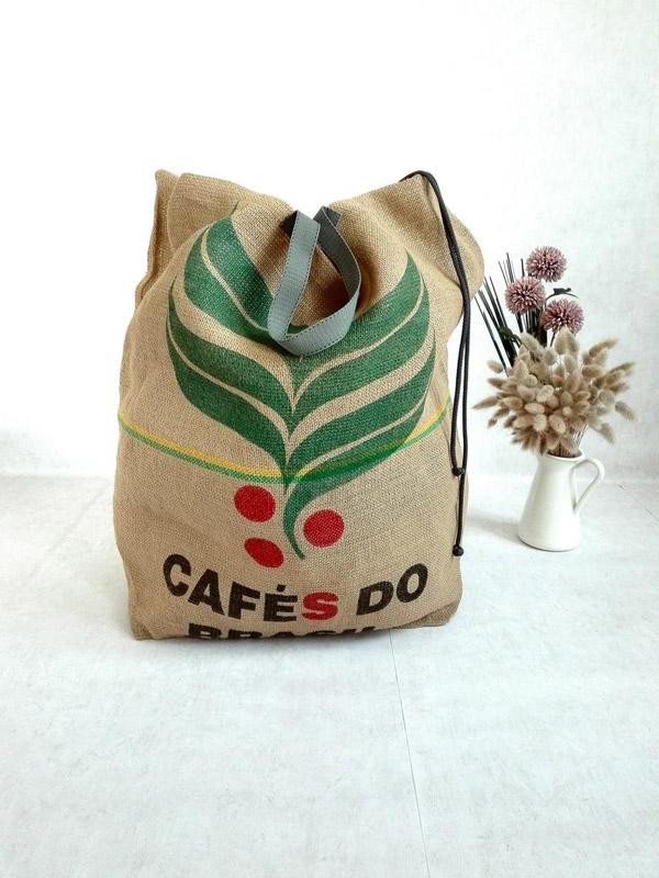 Cesto dei panni che ricorda la borsa di iuta per i chicchi di caffè.