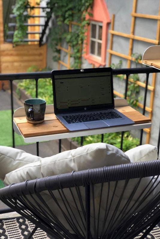 Tavolino porta computer per balcone.