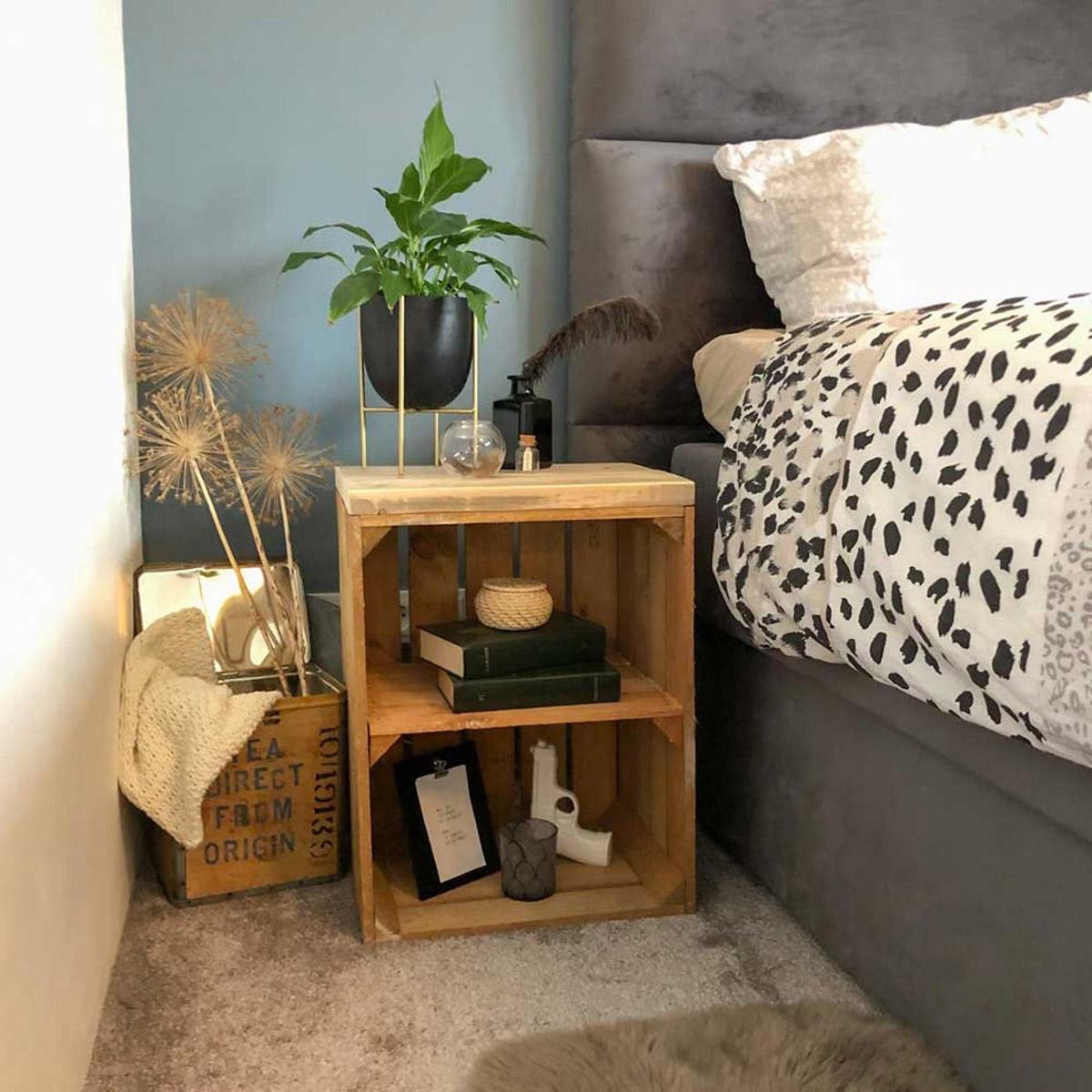 Un bel comodino fai da te realizzato con una cassetta di legno.