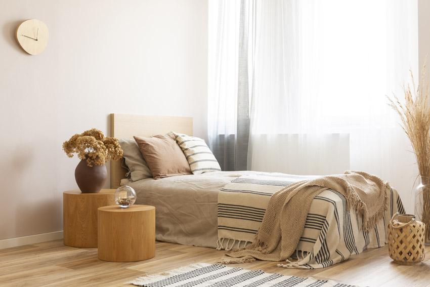 Bella camera da letto con 2 tronchi decorativi.