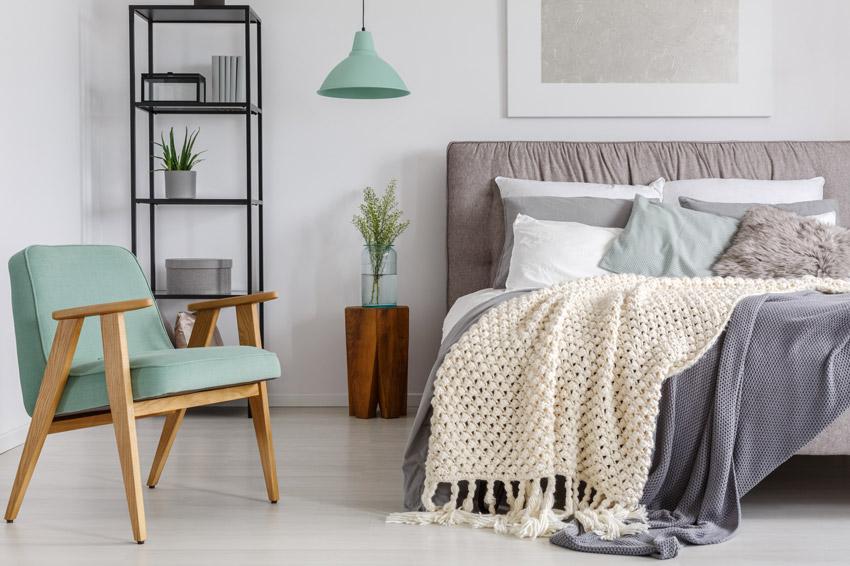 Camera da letto con comodino fai da te di design con un tronco di legno.