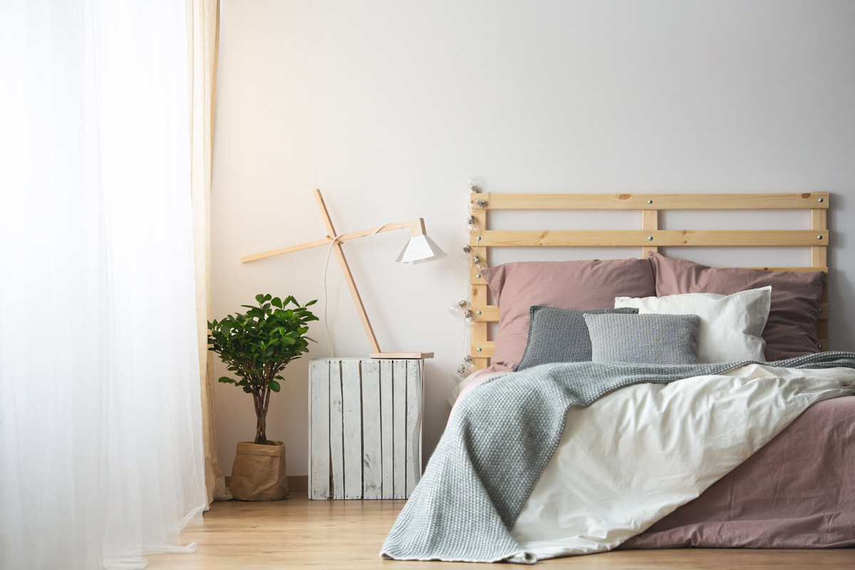 Cassetta della frutta in legno diventa un comodino design in camera da letto.