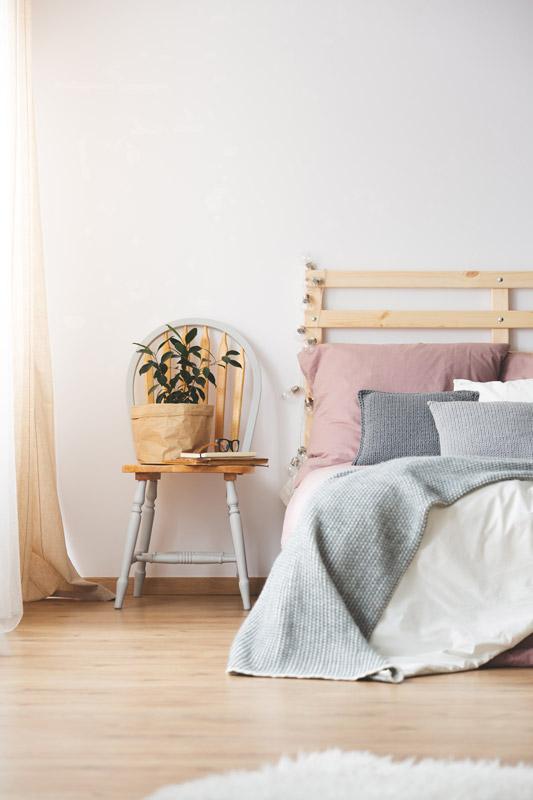 Comodino fai da te in camera da letto con una sedia stile provenzale.