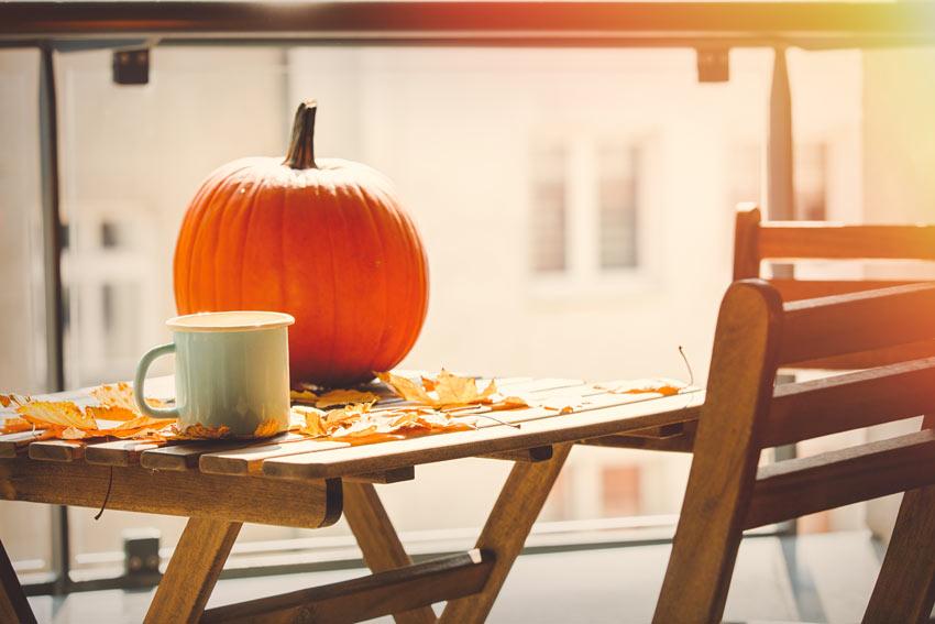 Addobbare il balcone per l'autunno.