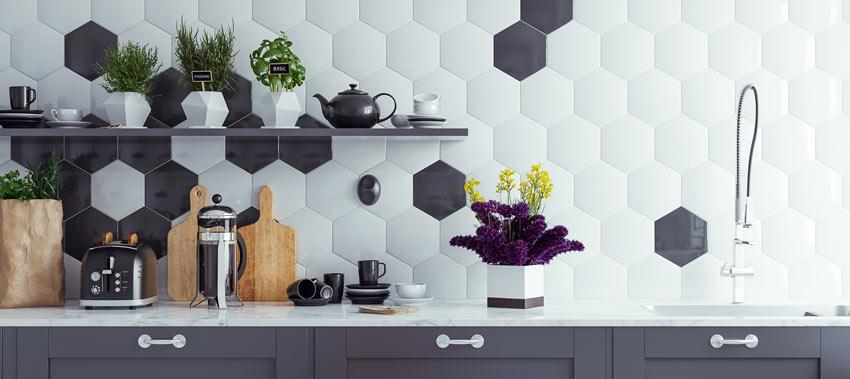 Piastrelle esagonale bianche e nere in cucina.
