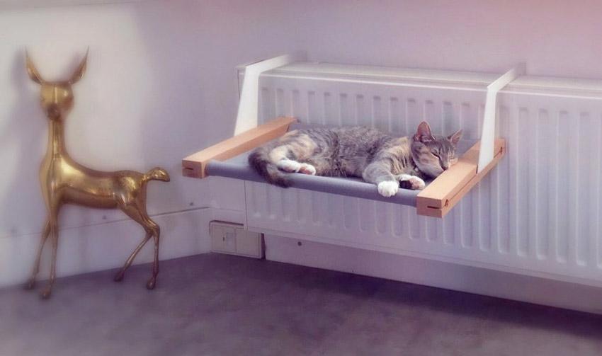 Cuccia per gatto appeso a termosifone.