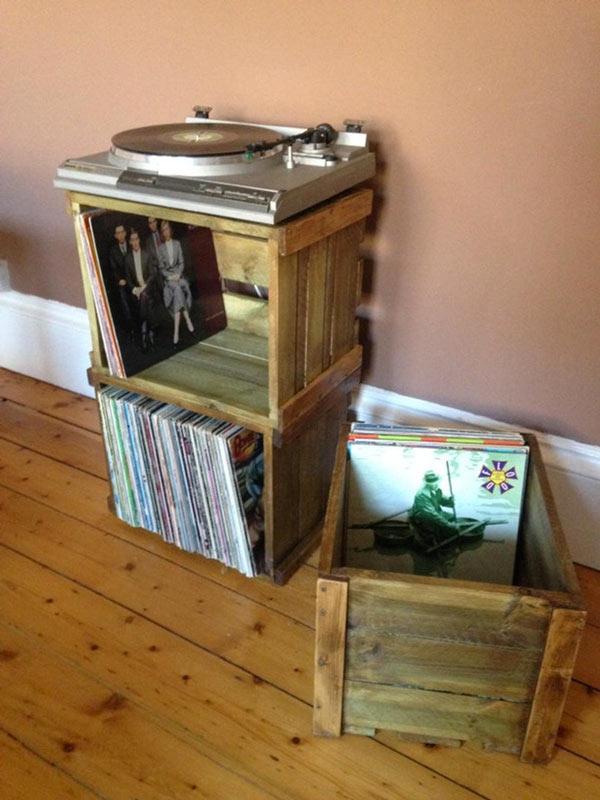 Mobile per gira disco vintage realizzato con due cassette di legno.
