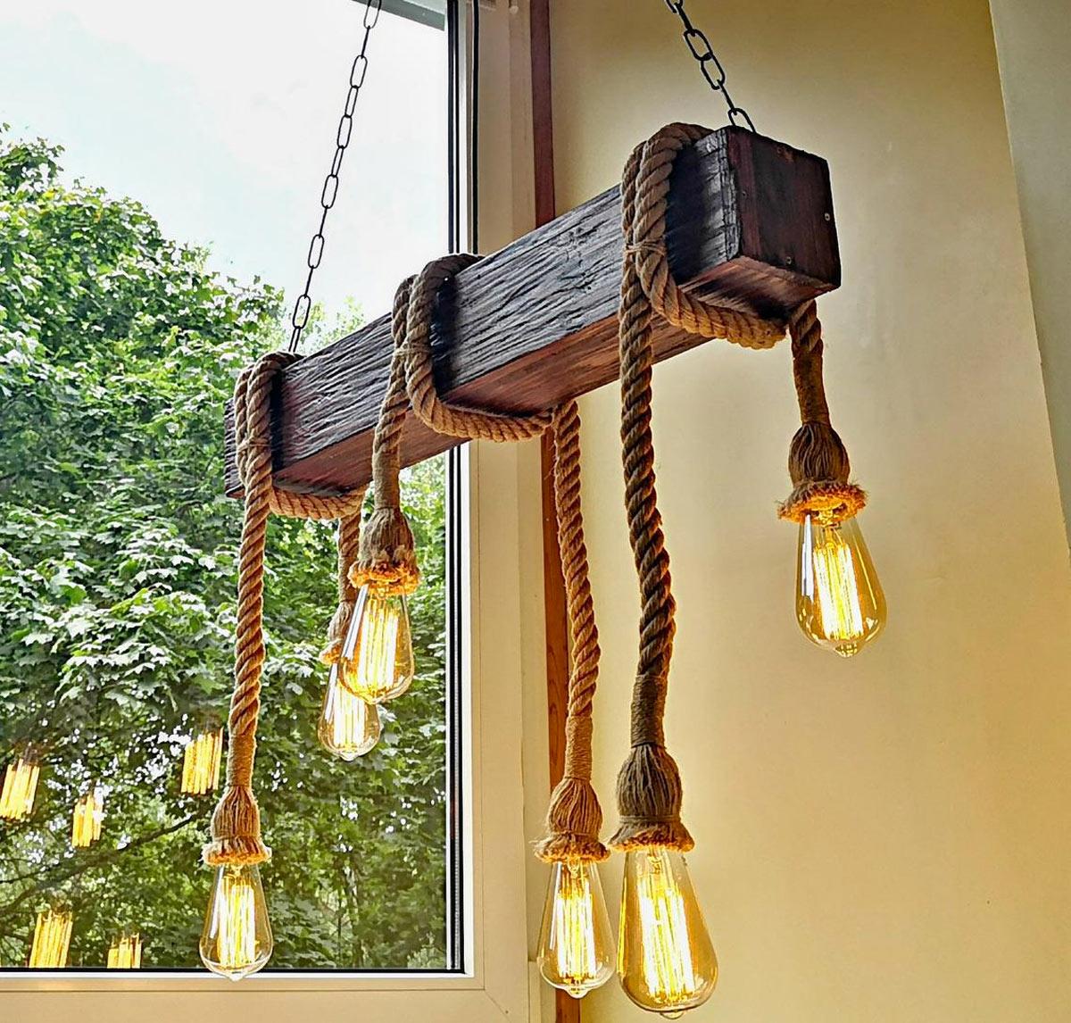Lampadario vintage fai da te con tavola di legno quadrata e corda.