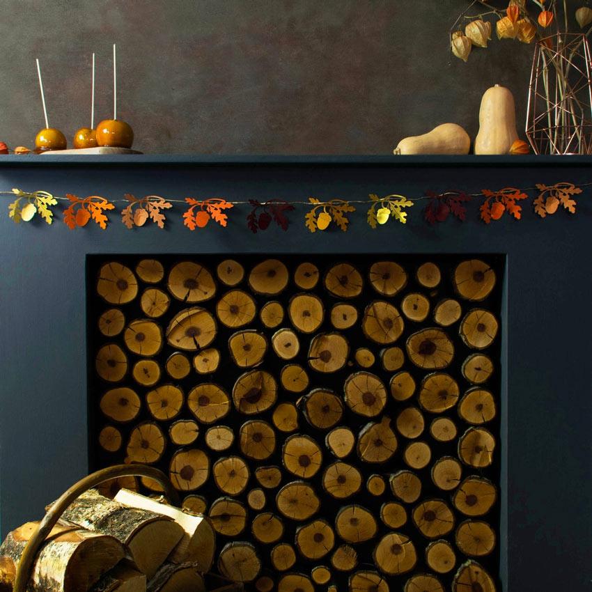 Camino decorato per l'autunno con ghirlanda di foglie.