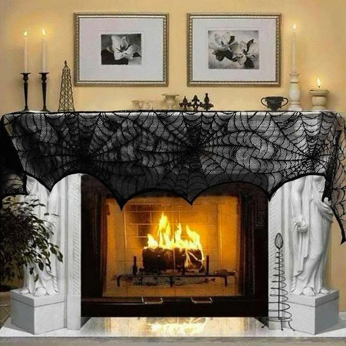 Camino in salotto decorato per Halloween con finta ragnatela nera.