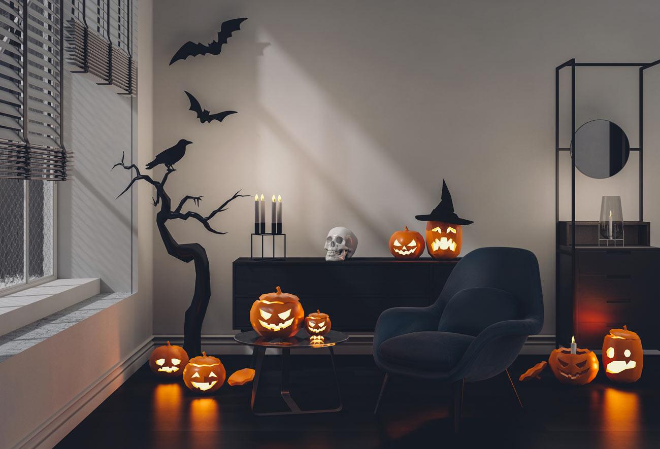 Bellissimo salotto decorato per Halloween con zucche illuminate e finti pipistrelli sulle pareti.