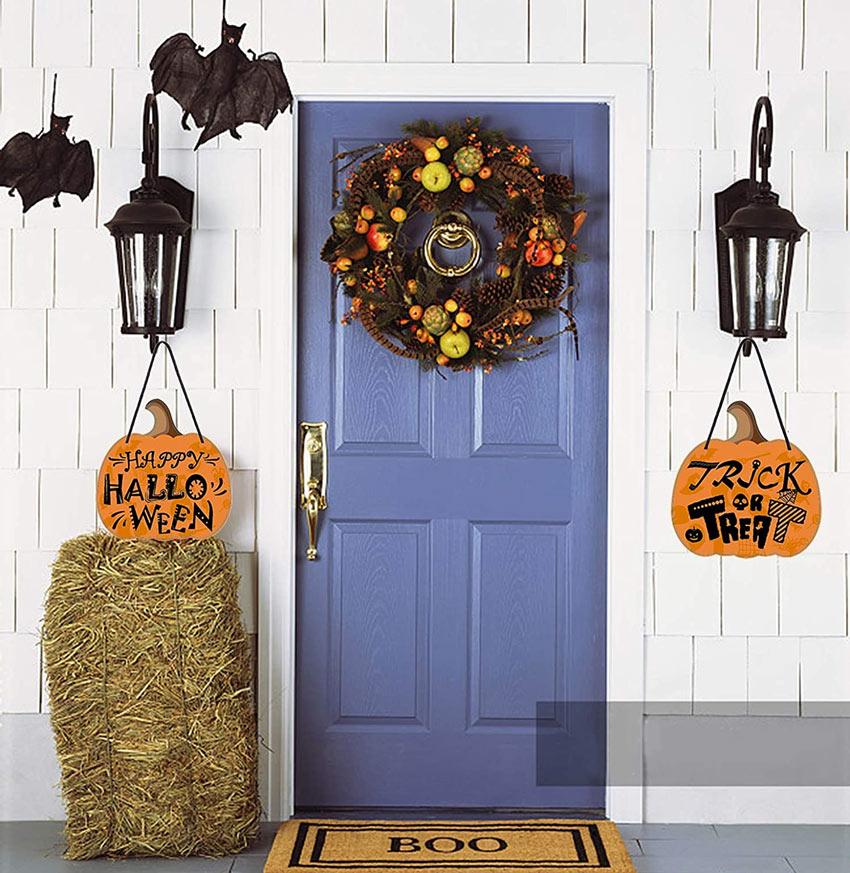 Porta esterna decorata per la festa di Halloween.