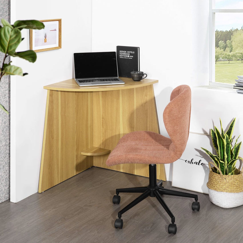 angolo pc realizzato con una piccola scrivania angolare