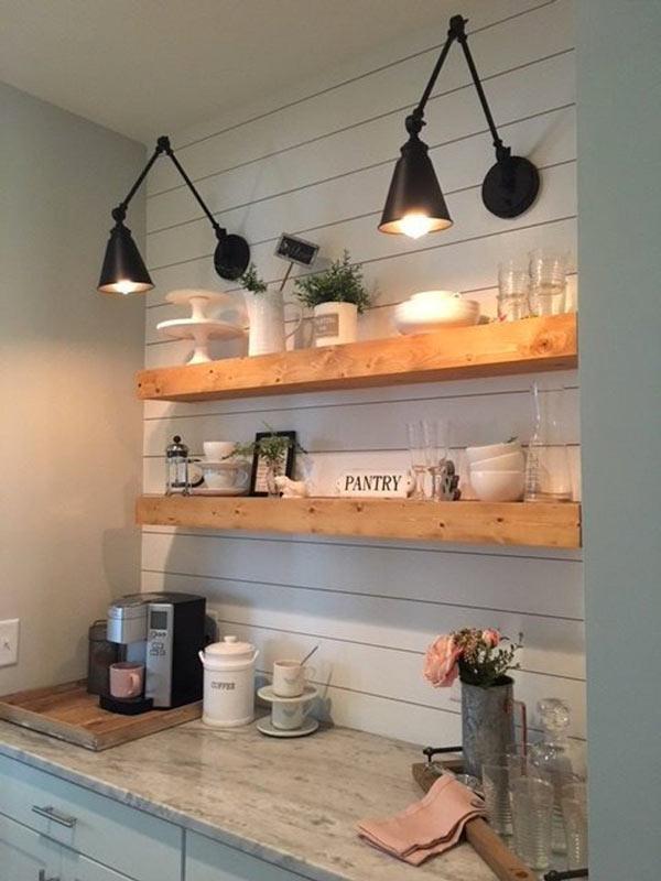 Mensole con tavole di legno chiaro per arredare una parete