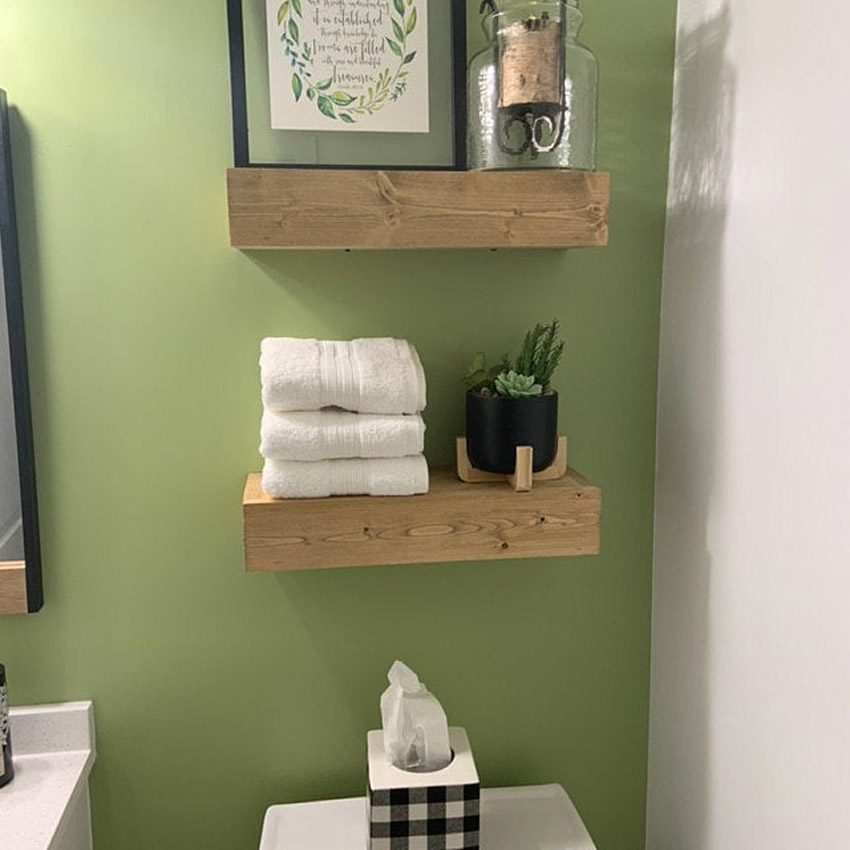 Mensole con tavole di legno per arredare una parete in bagno