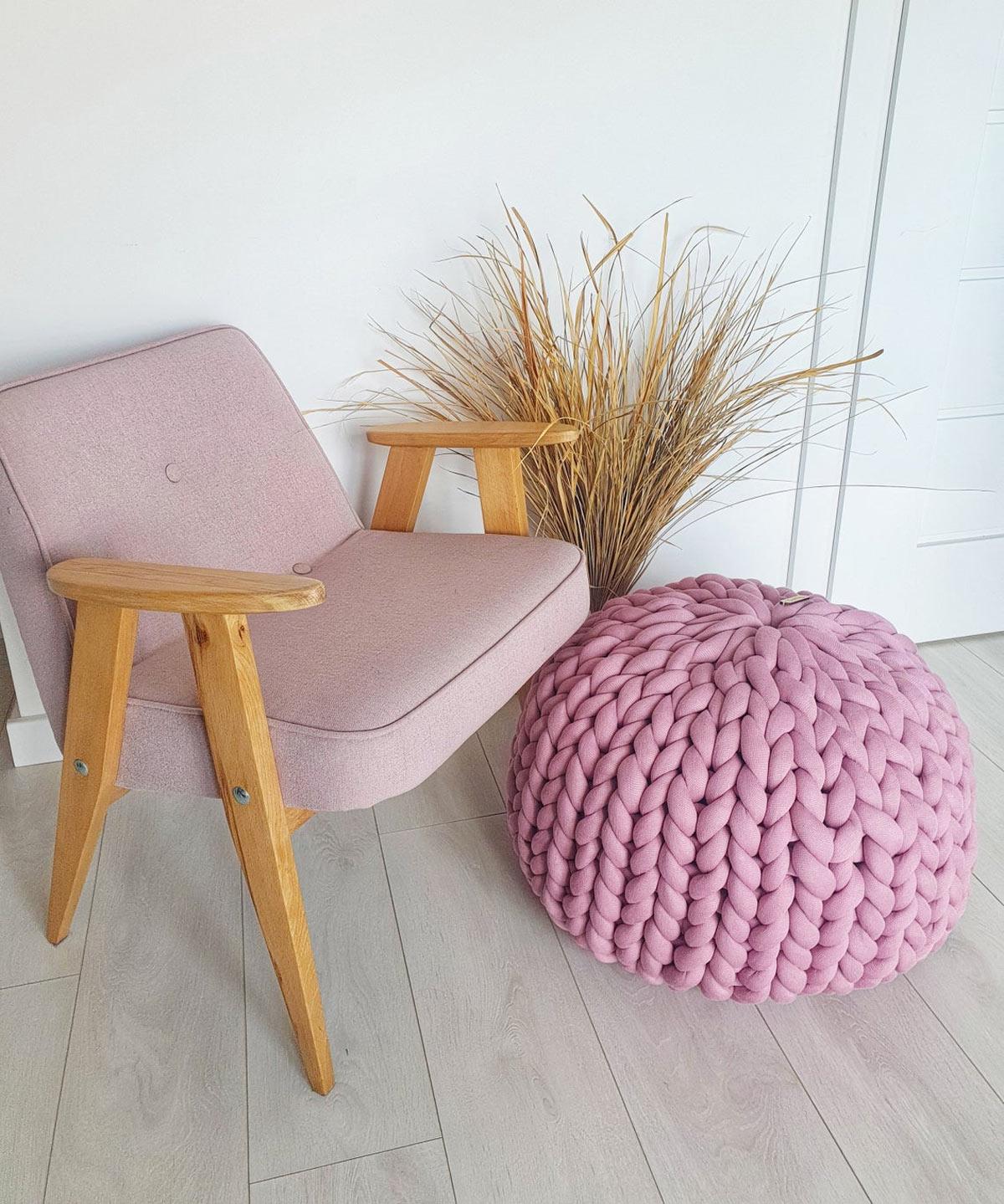 Magnifico pouf di cotone grosso lavorato a maglia.