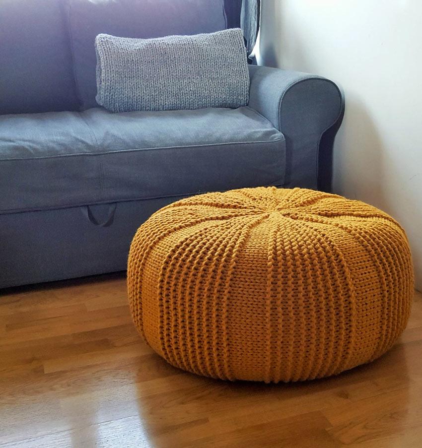 pouf lavorato a maglia morbido di colore giallo