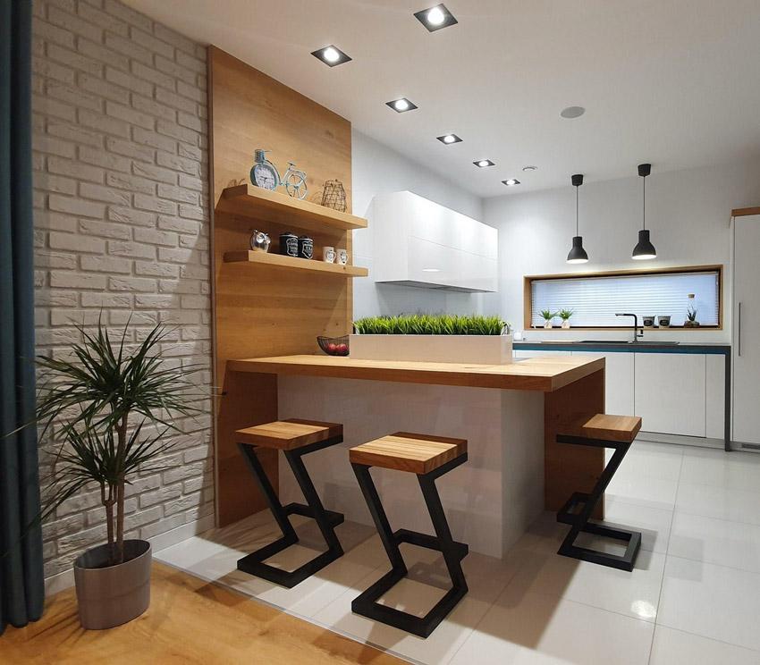 Bellissima penisola moderna in questa cucina con sgabelli in ferro nero con seduta quadrata in legno.