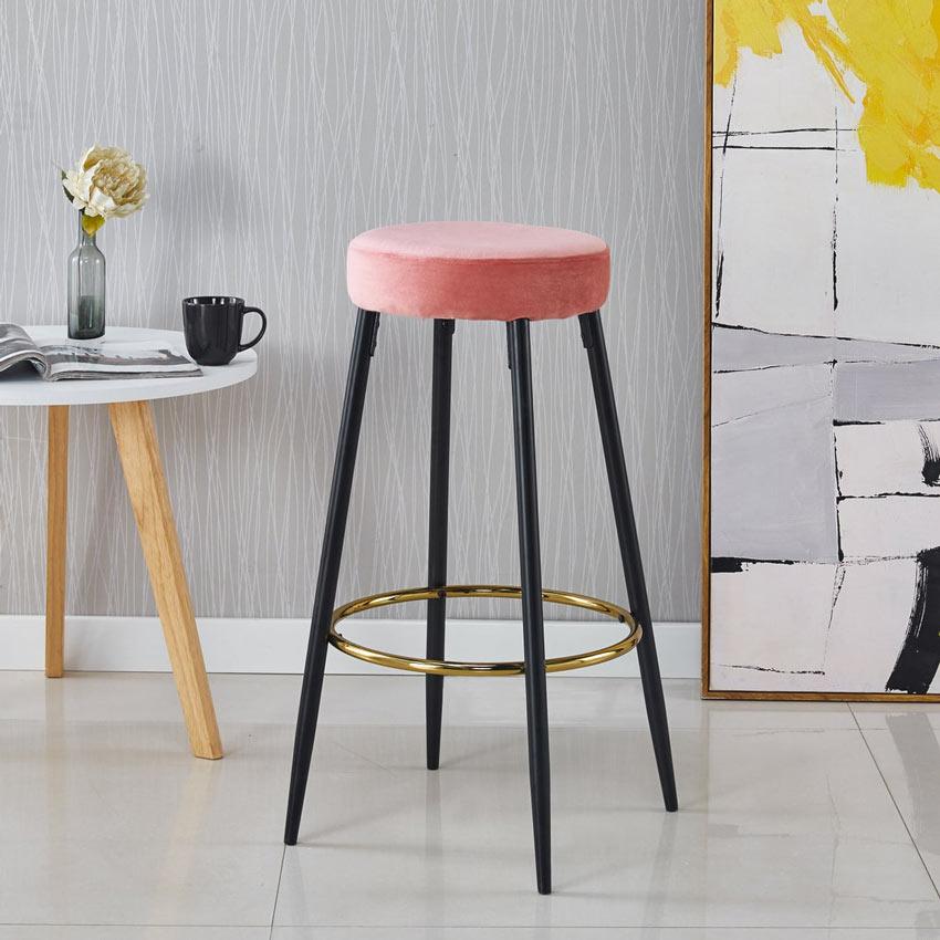 Sgabello design con seduta rosa per la cucina.