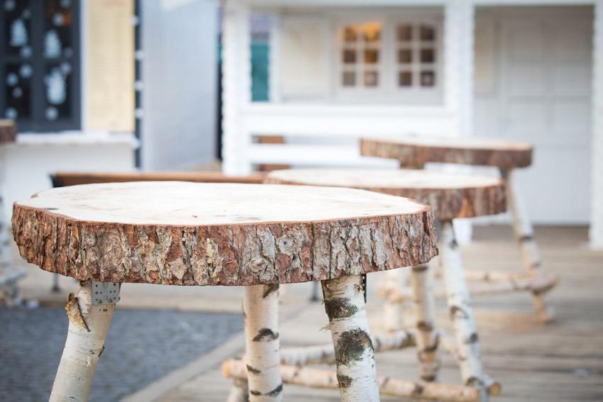 Tavolini fatti con tronco di legno.
