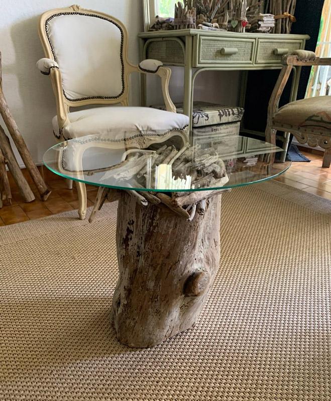 Tronco tavolino con ripiano in vetro.
