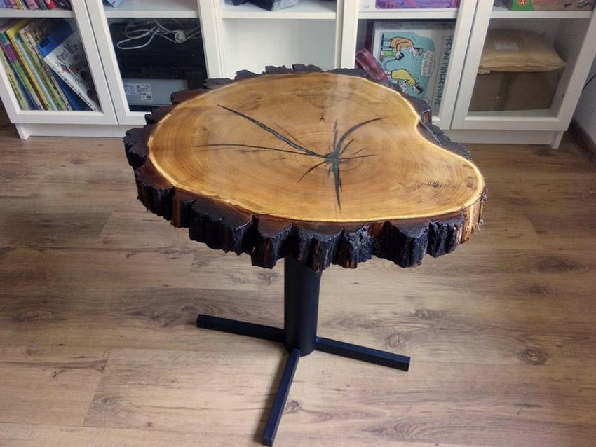 Tavolini fatti con sezioni d'albero.