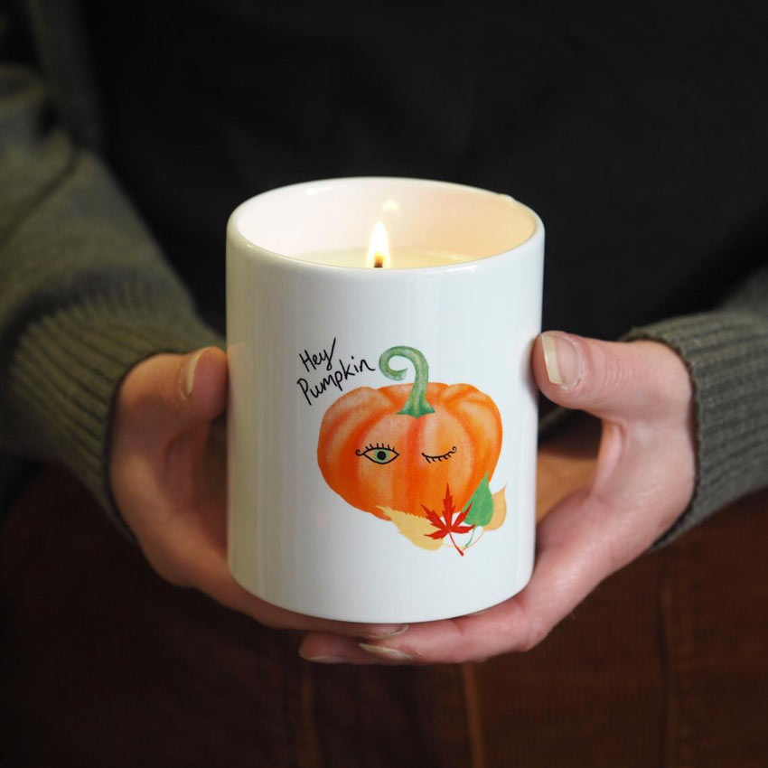 candele autunnali in tazza.