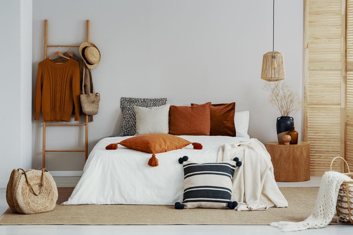 Bellissimo letto allestito per l'autunno