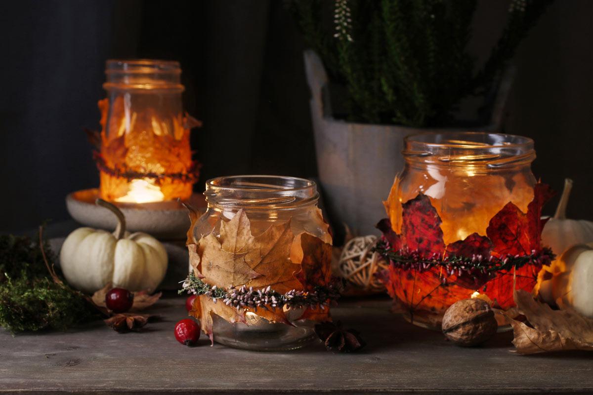 Decorazione autunnale con barattoli di vetro