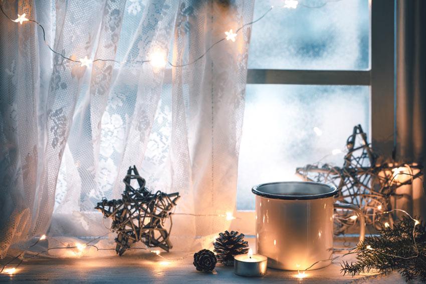 Decorazioni invernali con le candele.