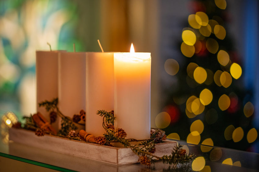 Vassoio in legno con 4 grande candele.