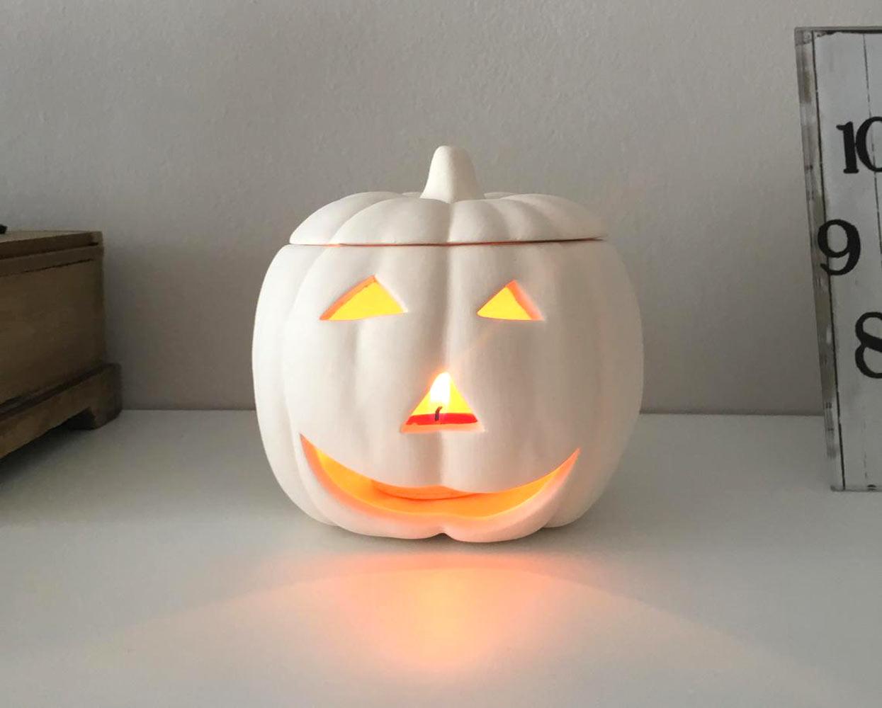 Zucca bianca lanterna fai da te per illuminare casa ad Halloween.
