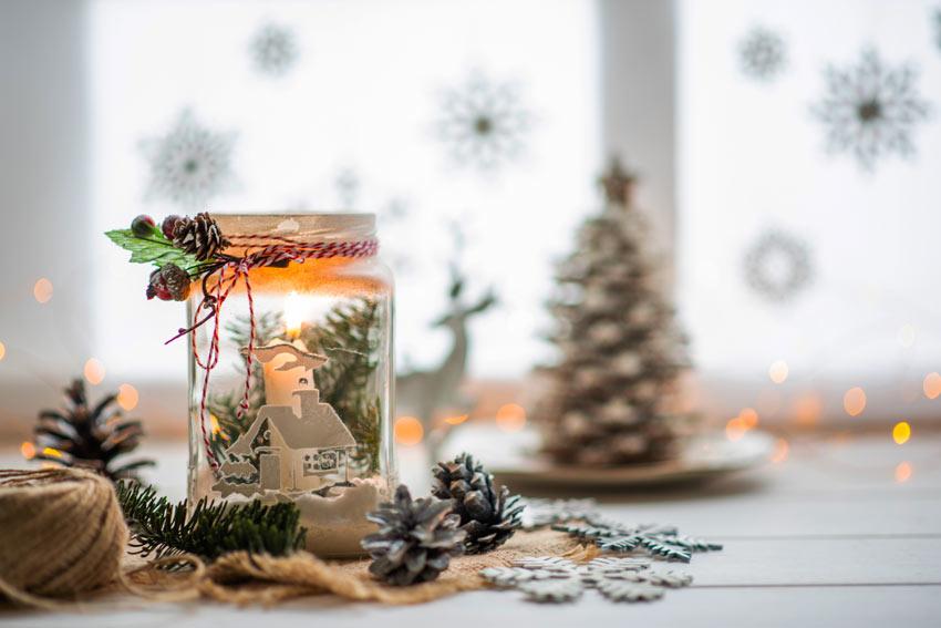 Barattolino di vetro con decorazione invernale.