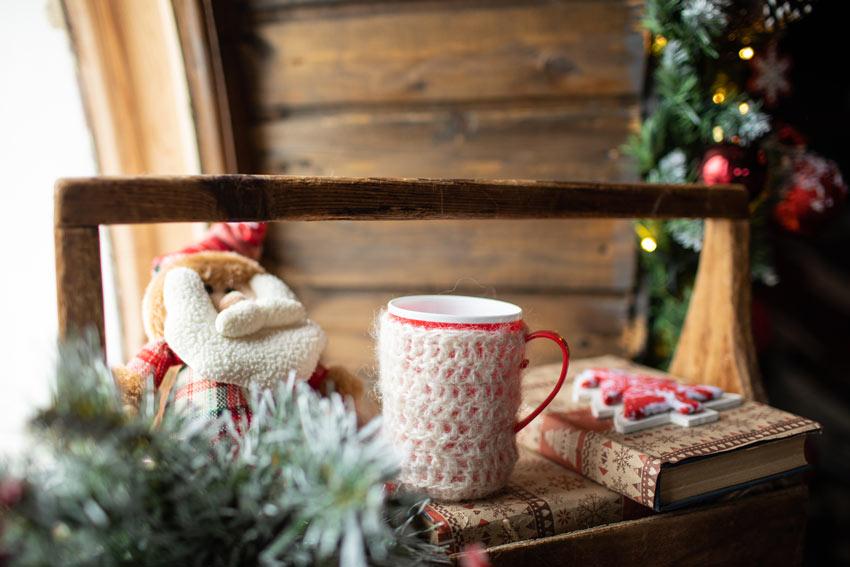 Tazza vestita con una decorazione di lana.