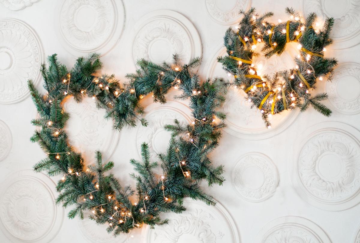 Ledecorazioni invernali con rami di pinovi trasporteranno in un'altra dimensione, preparando la casa in modo tale da diventare un posto unico e piacevole in cui passare delle ore al caldo in un ambiente comodo e confortevole.