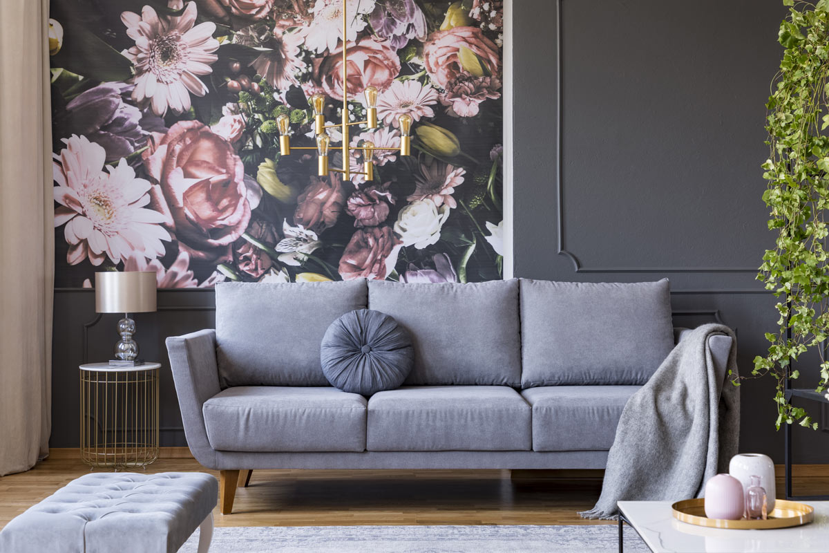 Salotto raffinato con carta da parati glamour, rose e fiori.